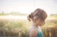photographie lifestyle d'une petite fille blonde comme les blés