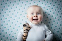 bébé qui rigole de la photo sur un draps bleu